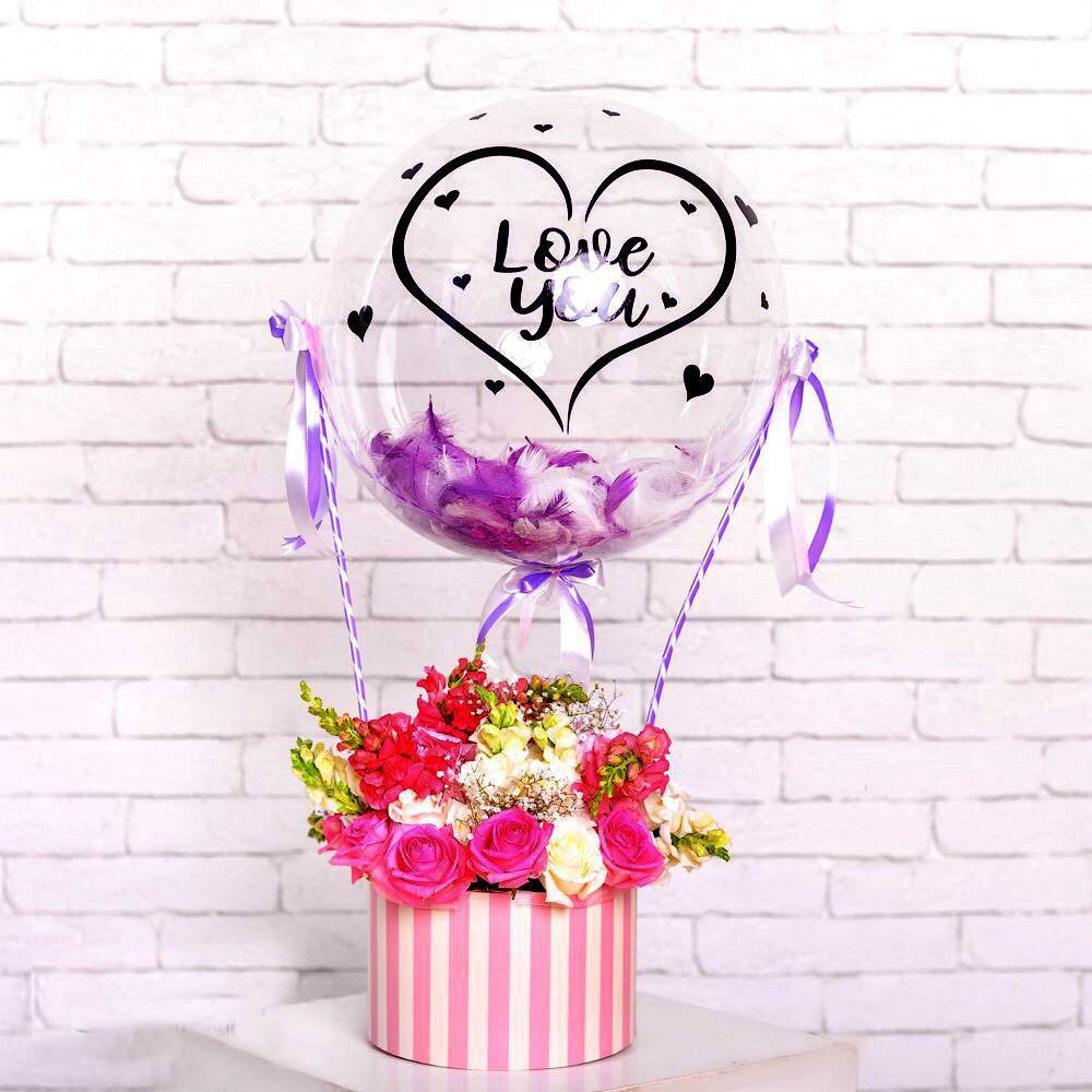 Цветы с шаром с шаром, перьями и надписью