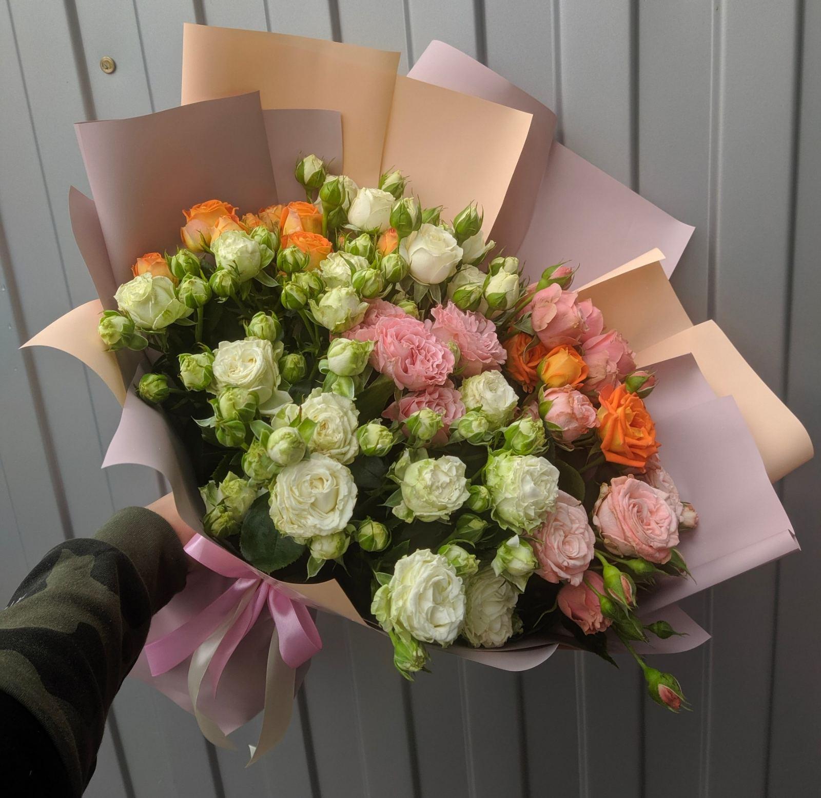 Букет с разноцветными кустовыми розами