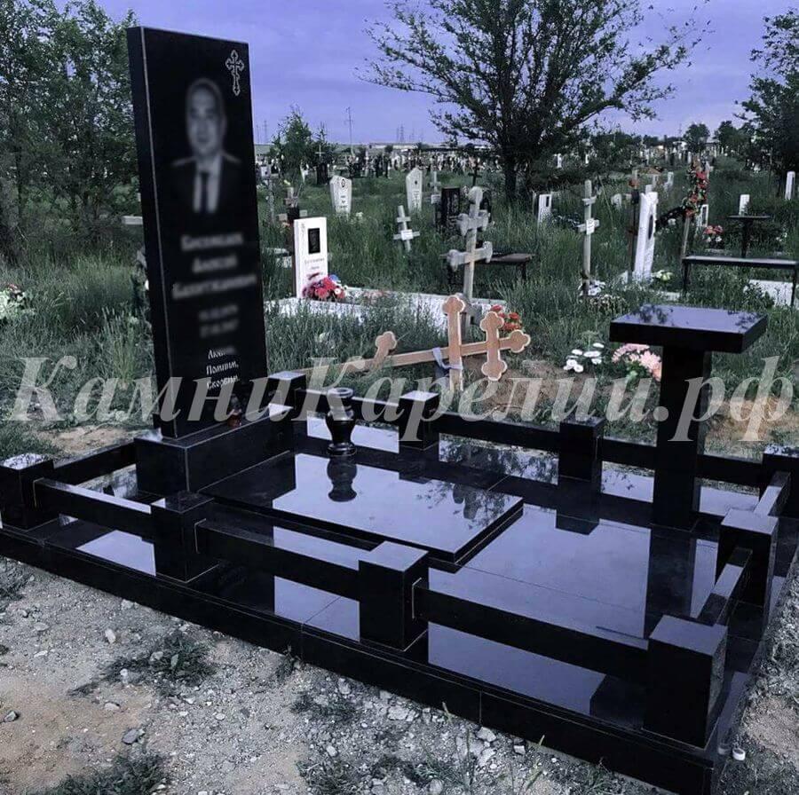 Вертикальный гранитный одиночный памятник полностью сделан из габбро-диабаза с потрясающей глубиной чёрного цвета, символизирующего скорбь родных и близких людей.