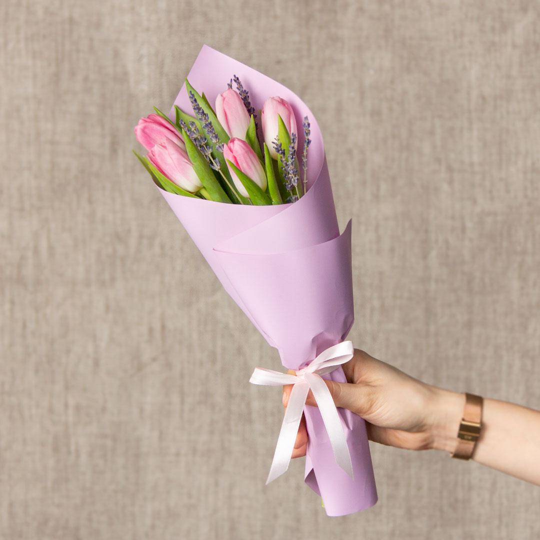 5 розовых тюльпанов с лавандой  в руках