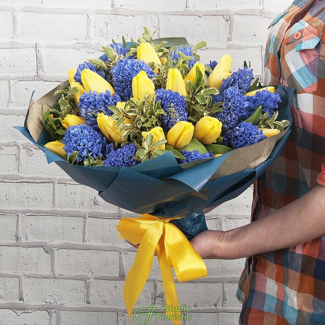 50 тюльпанов  Strong Gold и 25 синих гиацинтов в букете