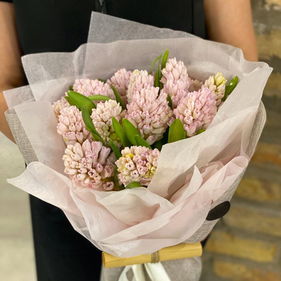 15 розовых гиацинтов в руках