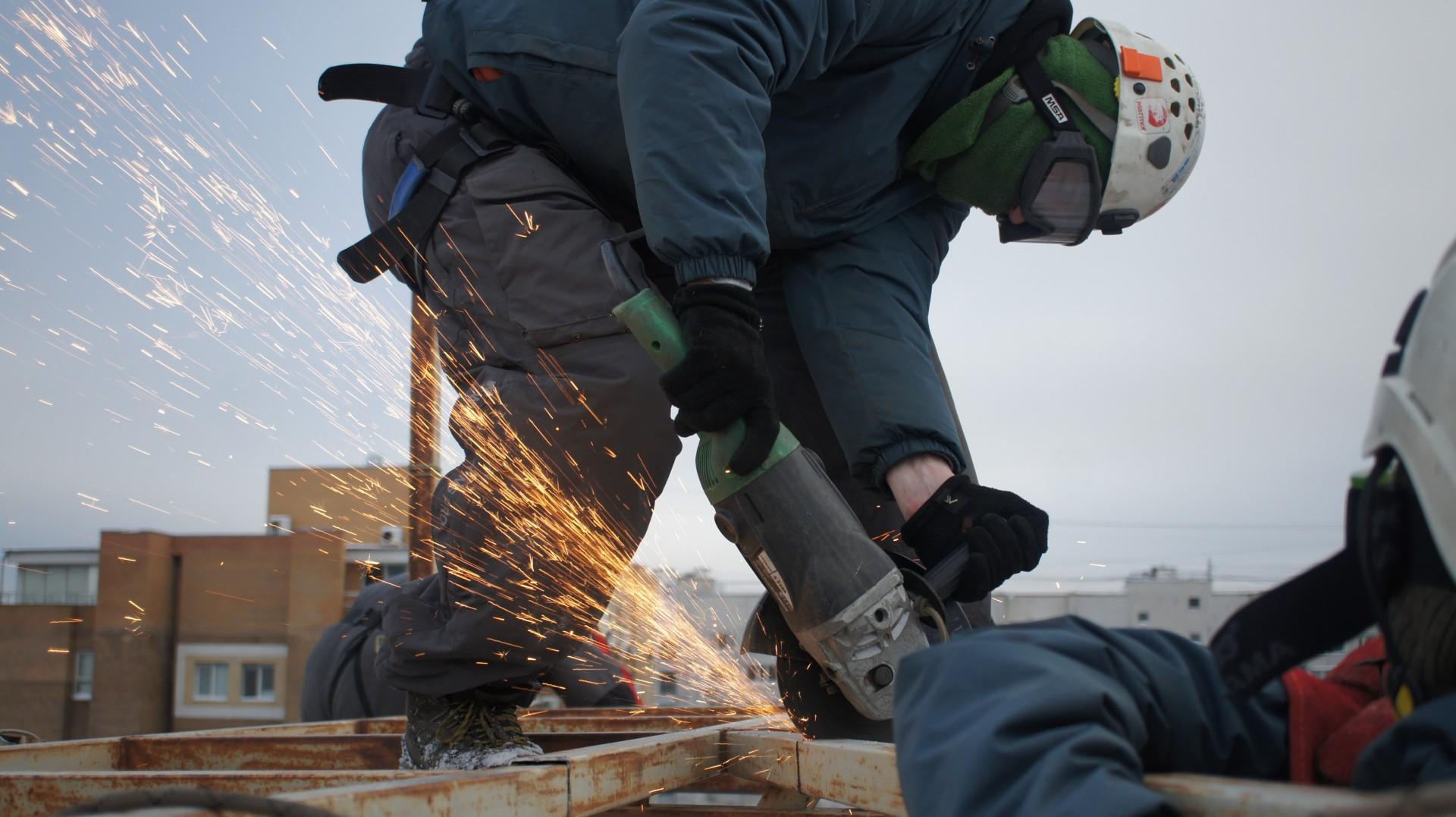 Установка воздуховодов и водостоков промышленными альпинистами