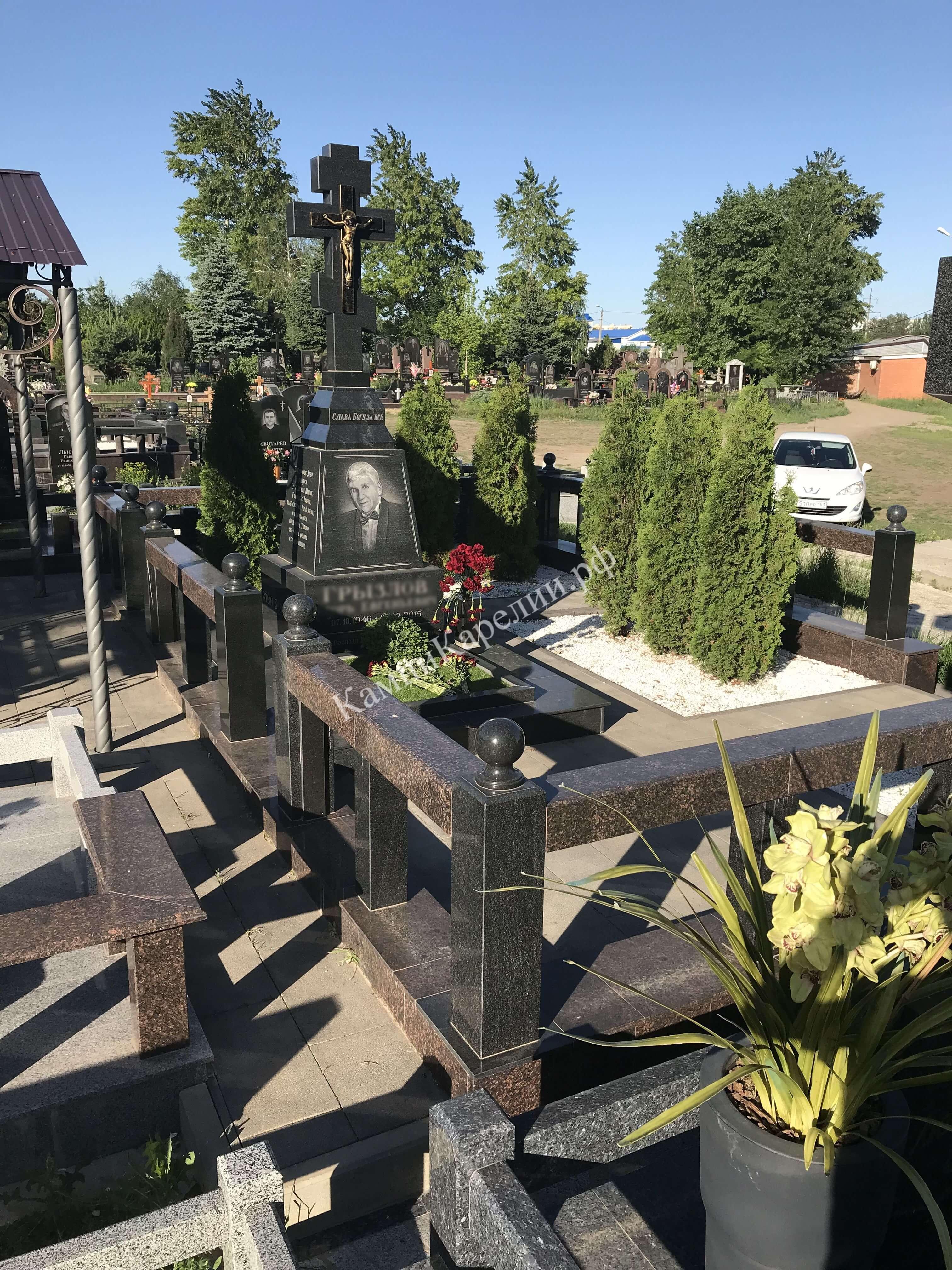 Одиночный гранитный вертикальный памятник стоит на площадке с отделкой из габбро-диабаза, являющегося основой композиции. Основной камень и надгробная плита комбинированы с Лезниковским гранитом.
