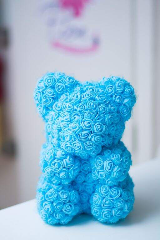 Мишка из роз голубой