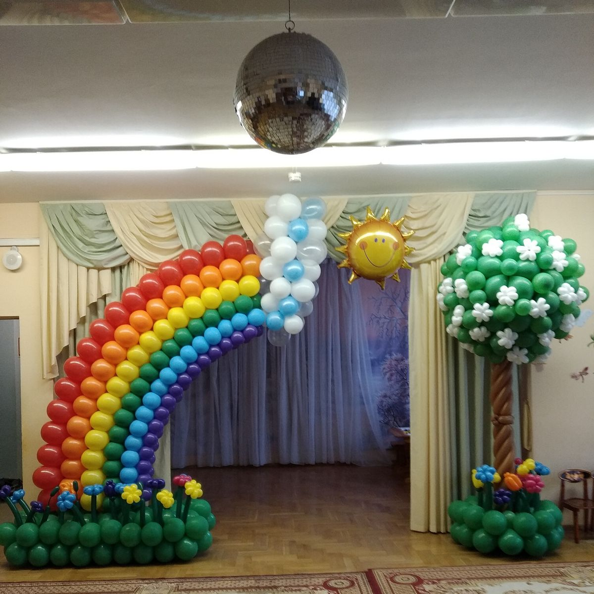 Стильное оформление шарами в детском саду