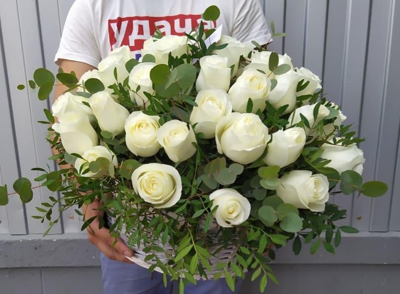 Плетеная корзина с розами