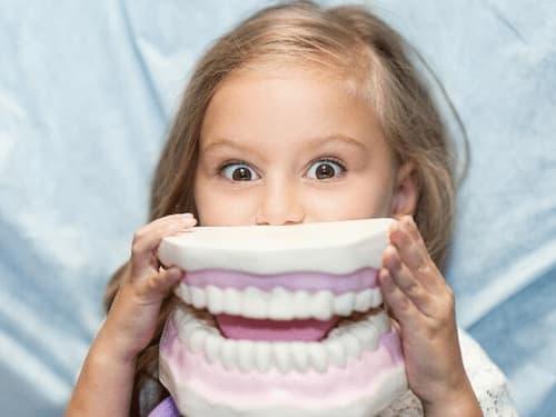 Осмотр и лечение зубов у детей