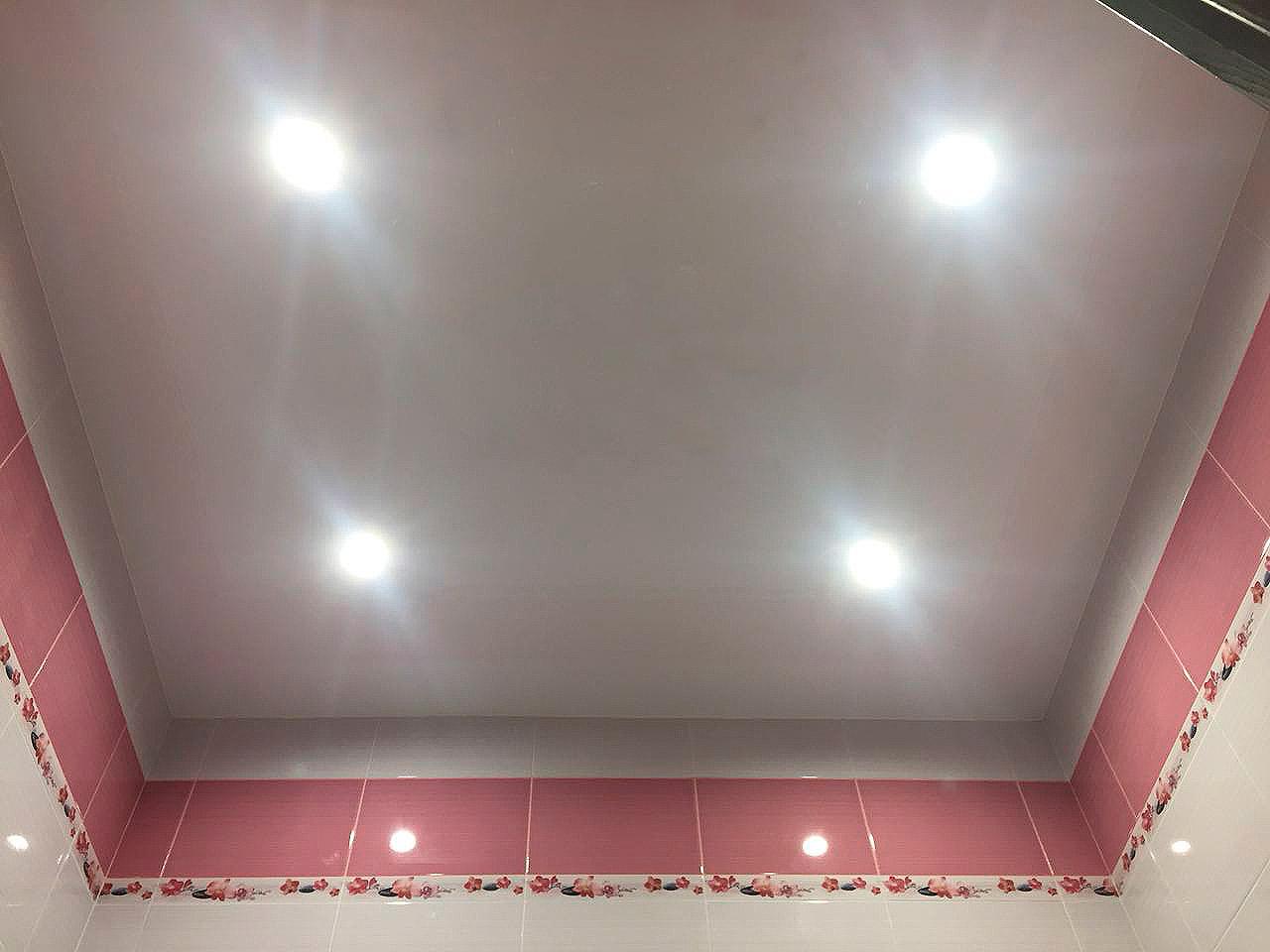 Практичное и красивое решение для ванной натяжной потолок