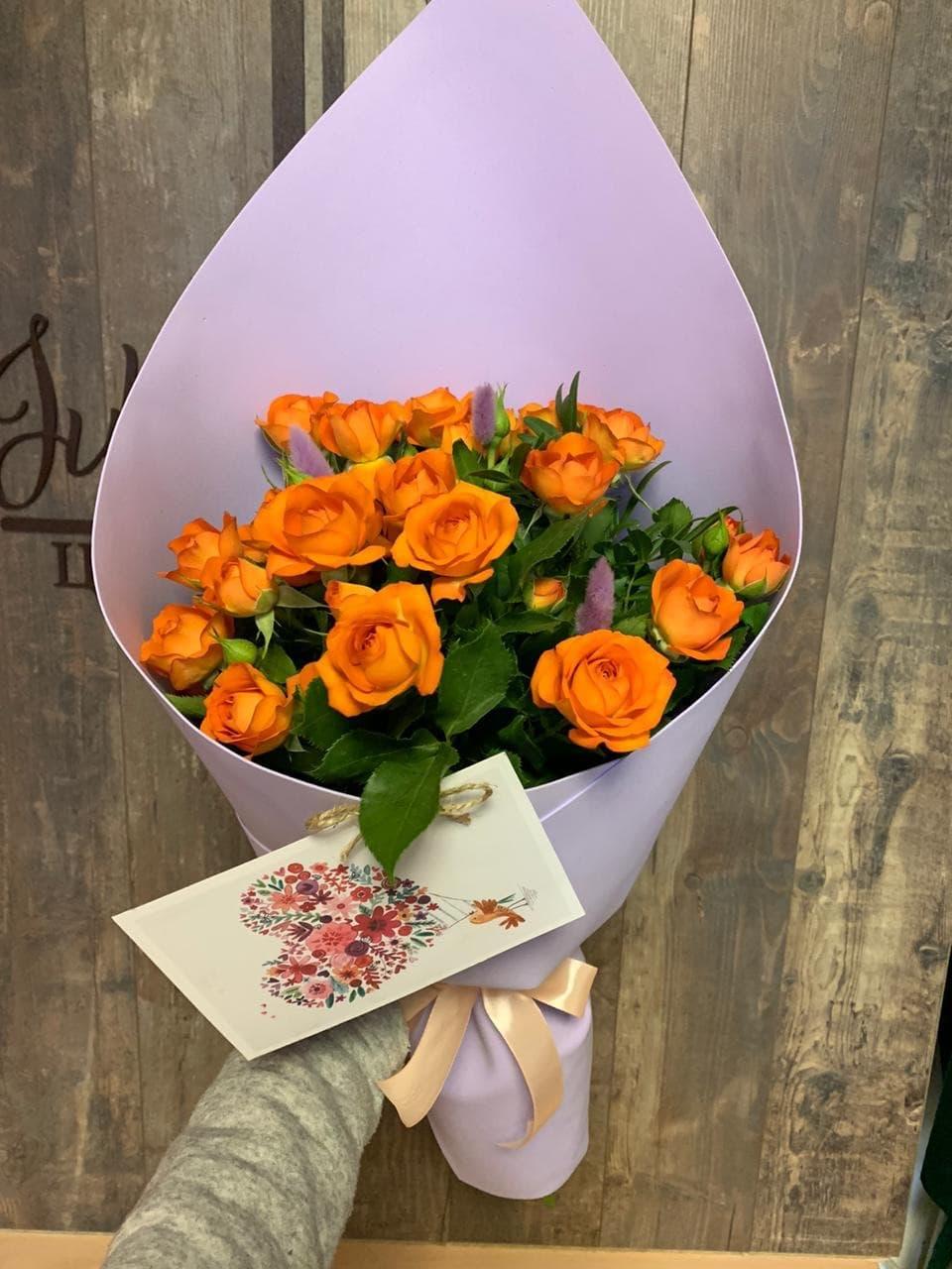 7 кустовых разноцветных роз