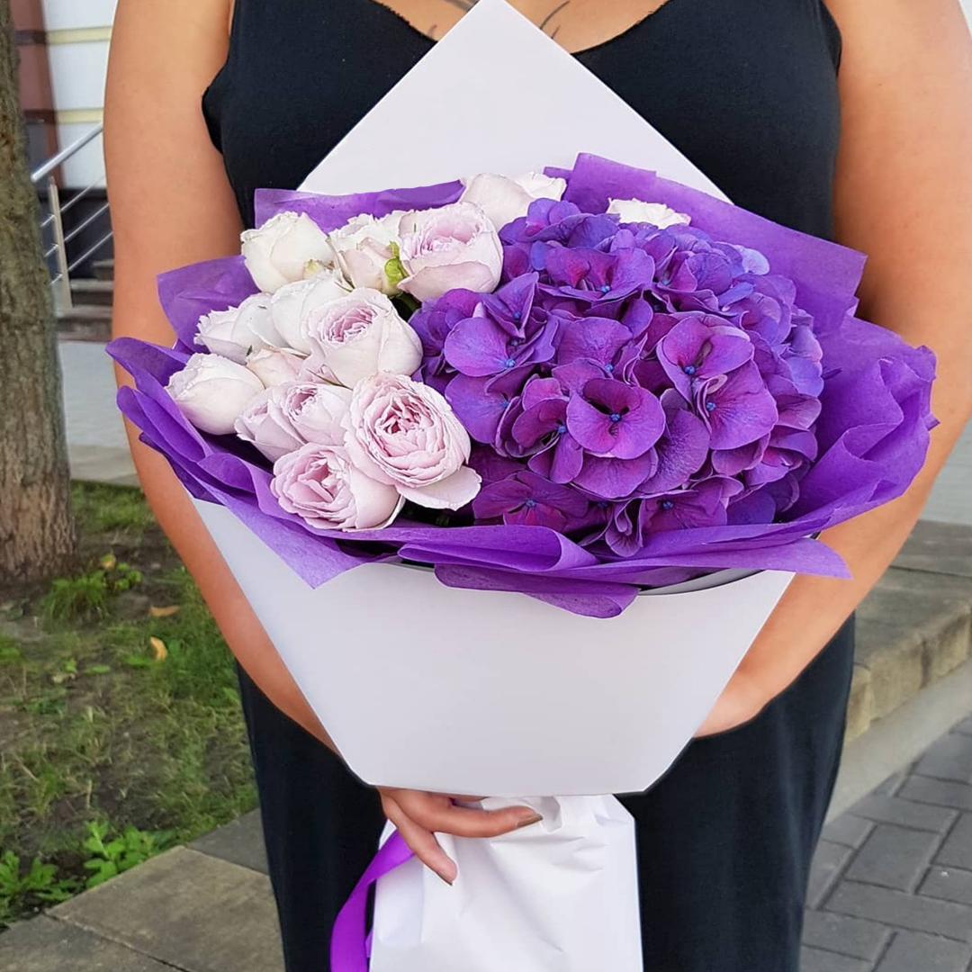 Фиолетовая гортензия с лавандовыми розами в крафте