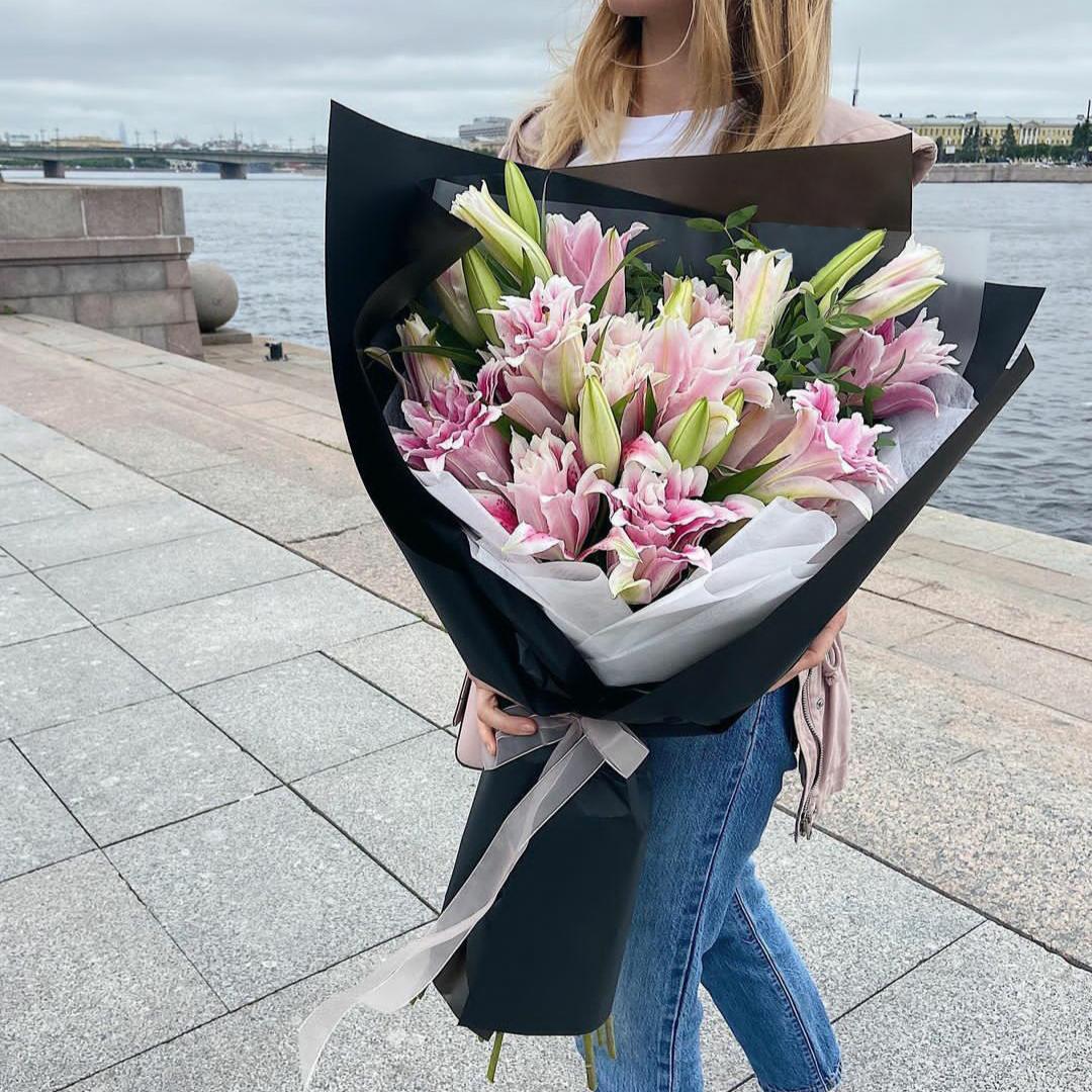 19 розовых лилий  в руках