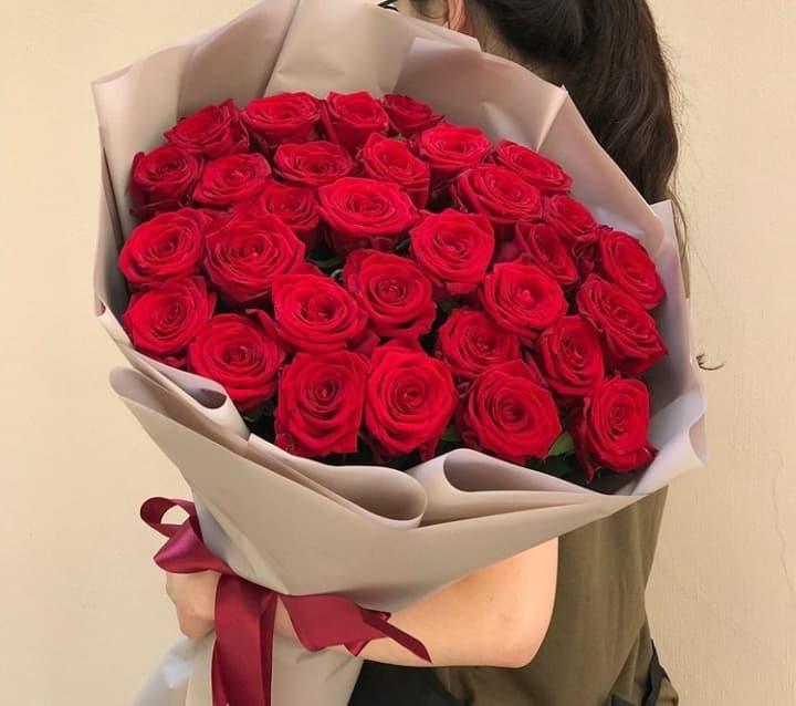 31 роза Ред Наоми в оформлении