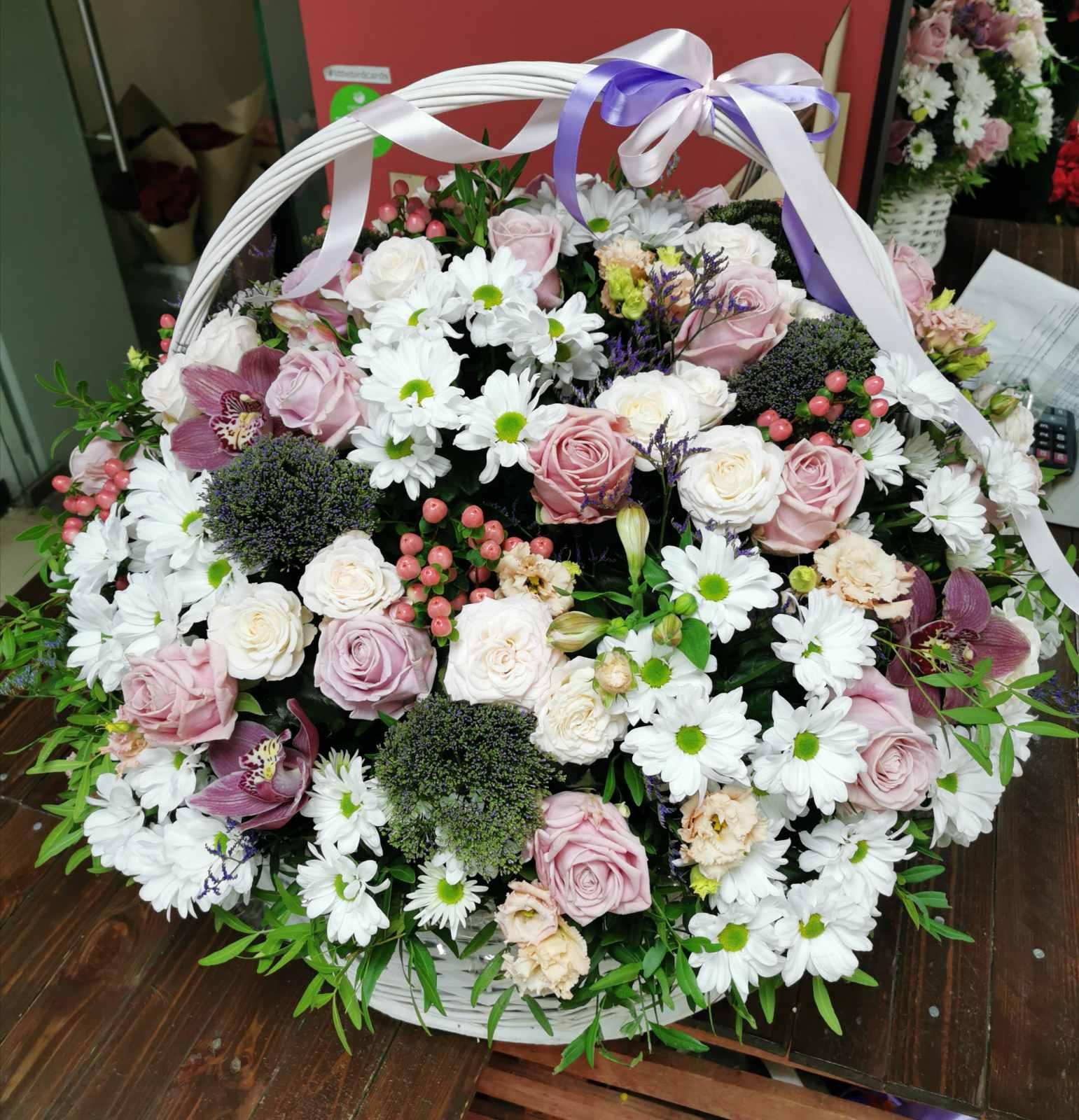 Корзина с цветами с бакарди розами мента