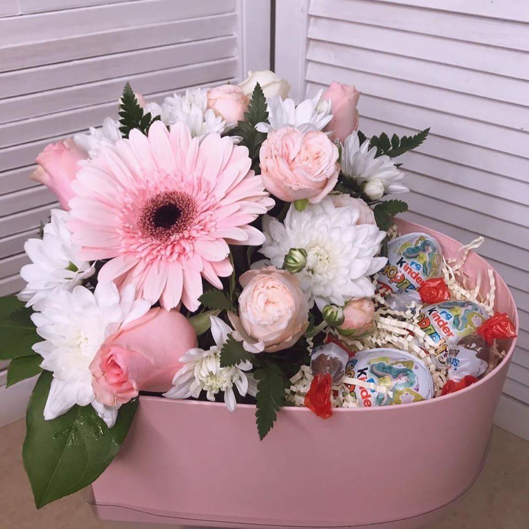 Букет цветов в коробке со сладостями