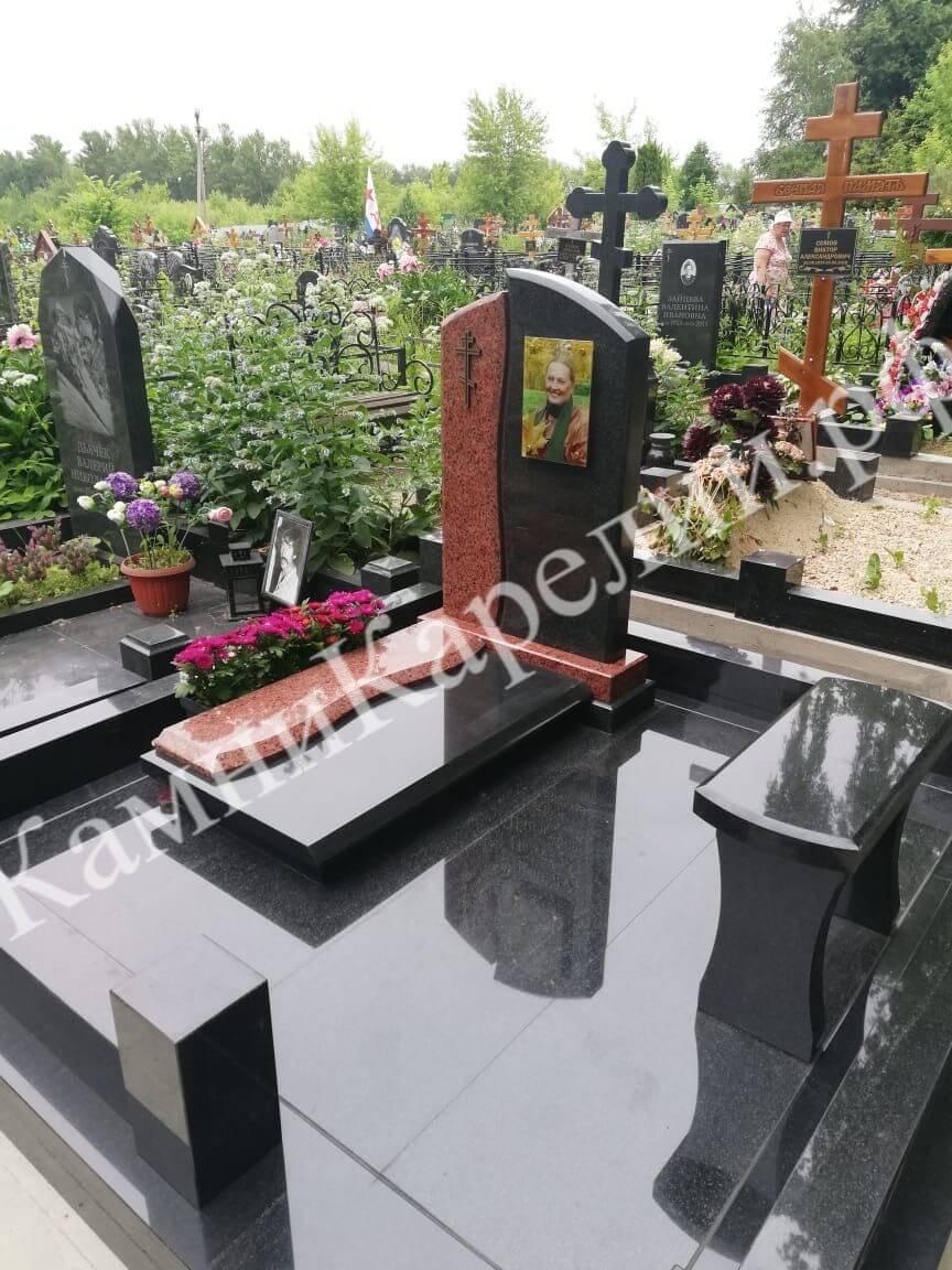 Одиночный гранитный вертикальный памятник из габбро-диабаза имеет комплекс из скамейки, и клумбы, а основная площадка выложена знаменитым Токовским гранитом.