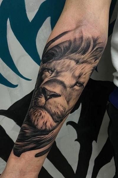 Татуировка льва не предплечии в Новосибирске