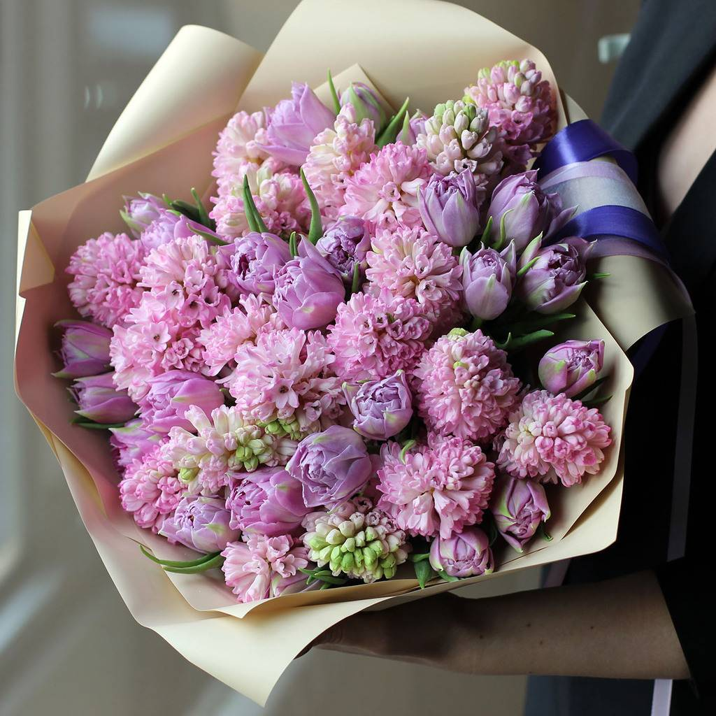 50 лавандовых тюльпанов и 25 розовых гиацинтов в букете