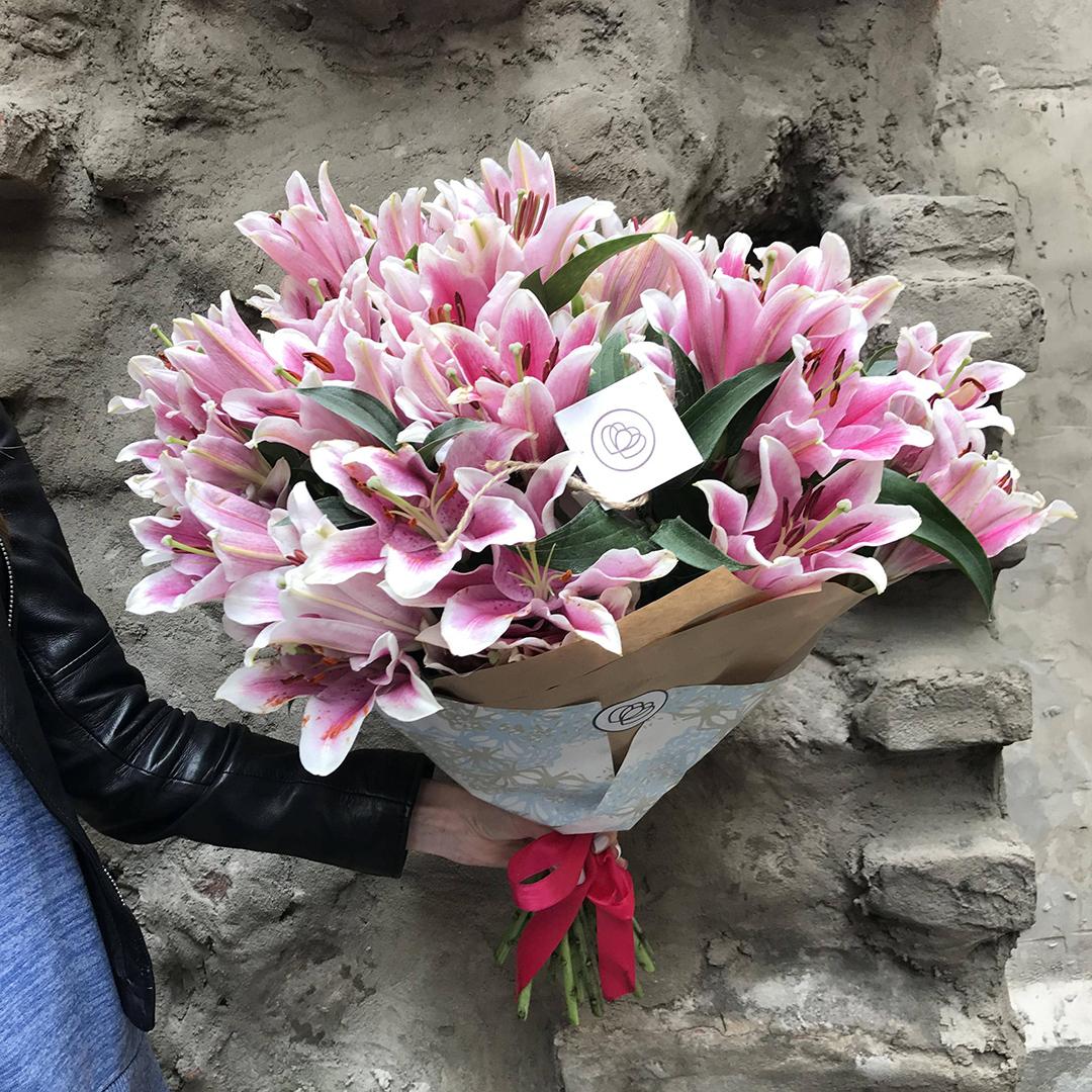 29 розовых лилий в руках