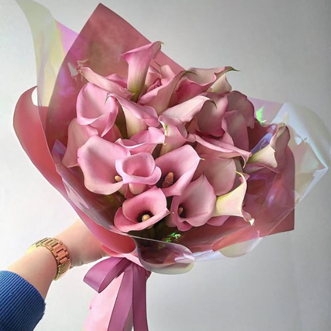 19  розовых калл в руках