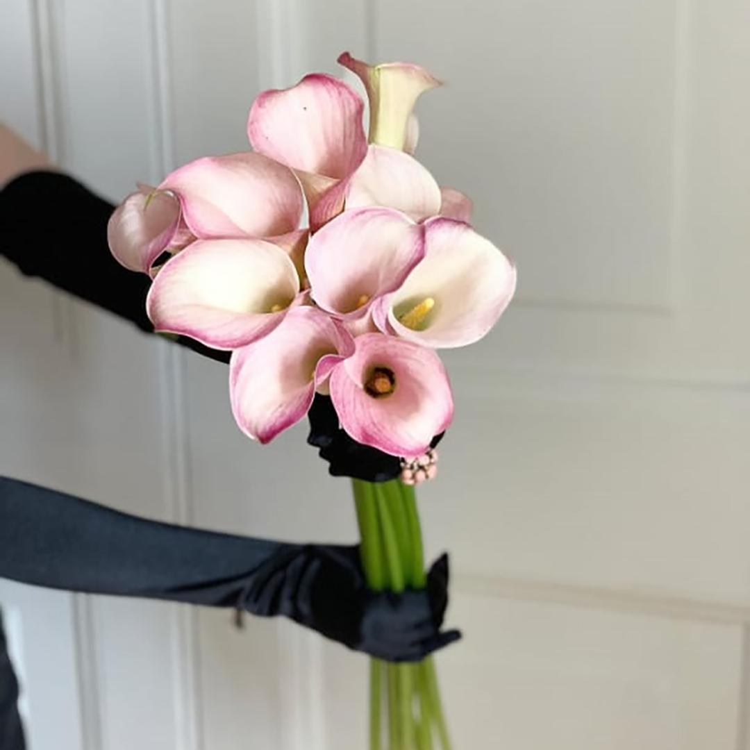 9 розовых калл с эвкалиптом в руках