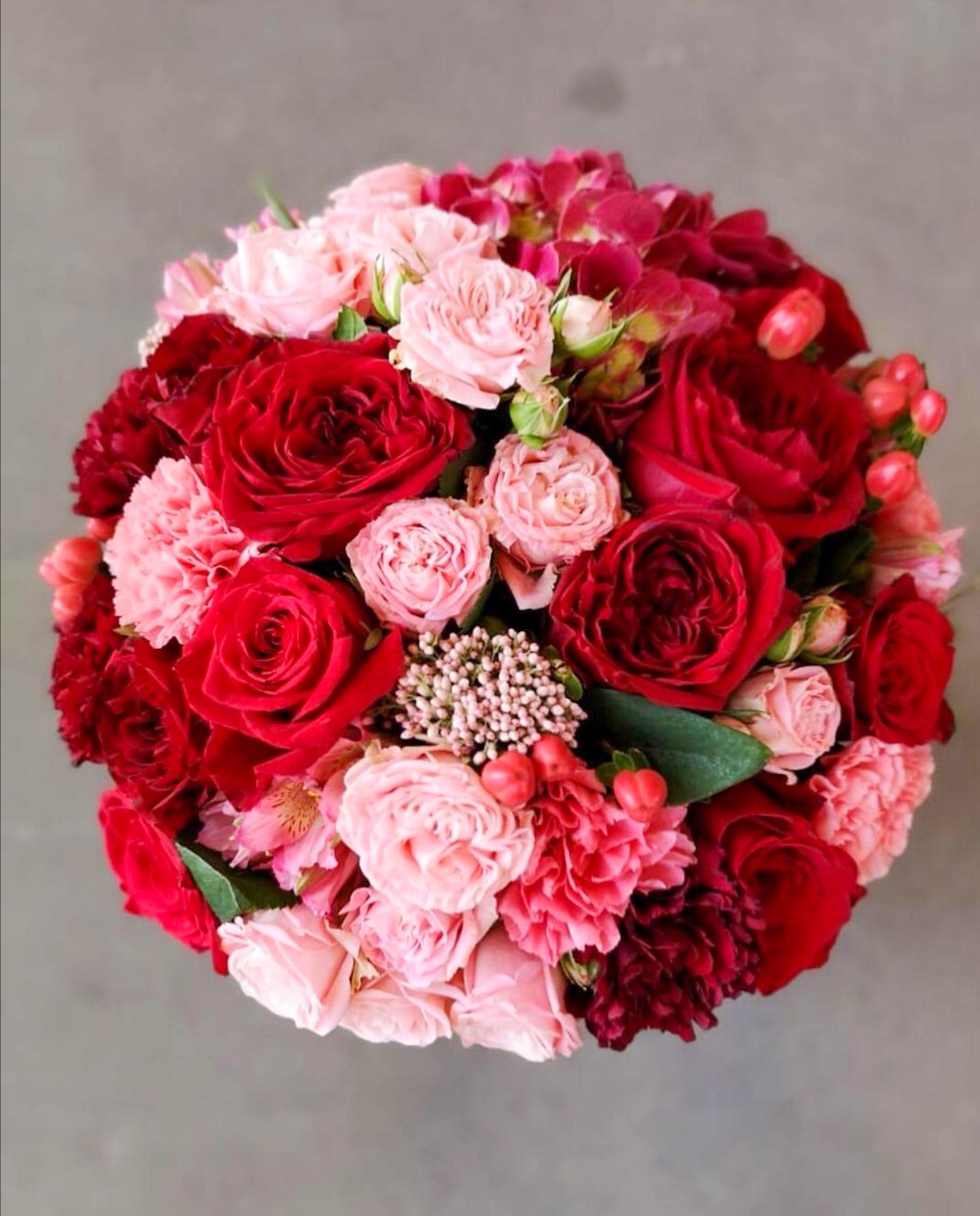 Плотный букет с пионовидными розами