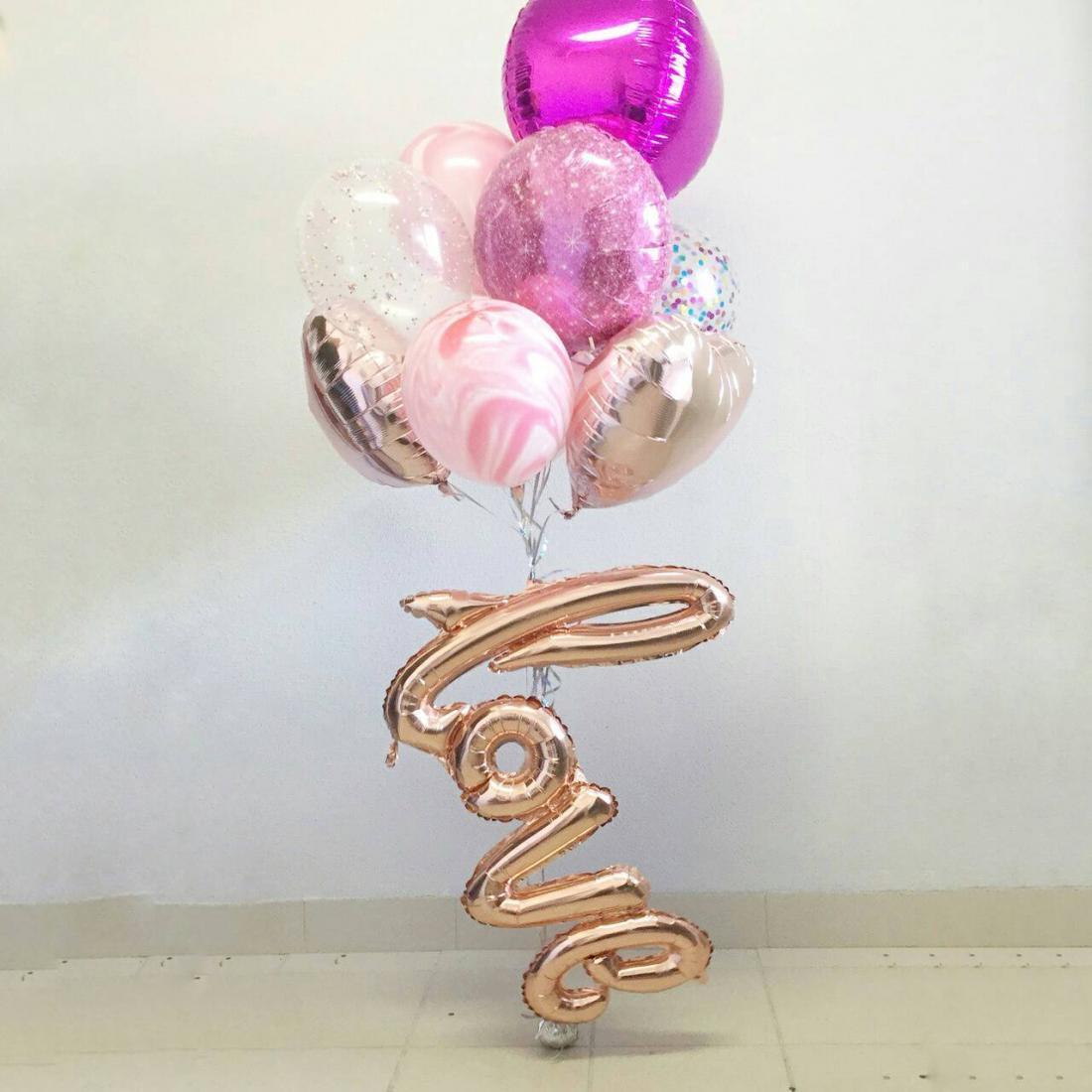 Облако из шаров с надписью LOVE
