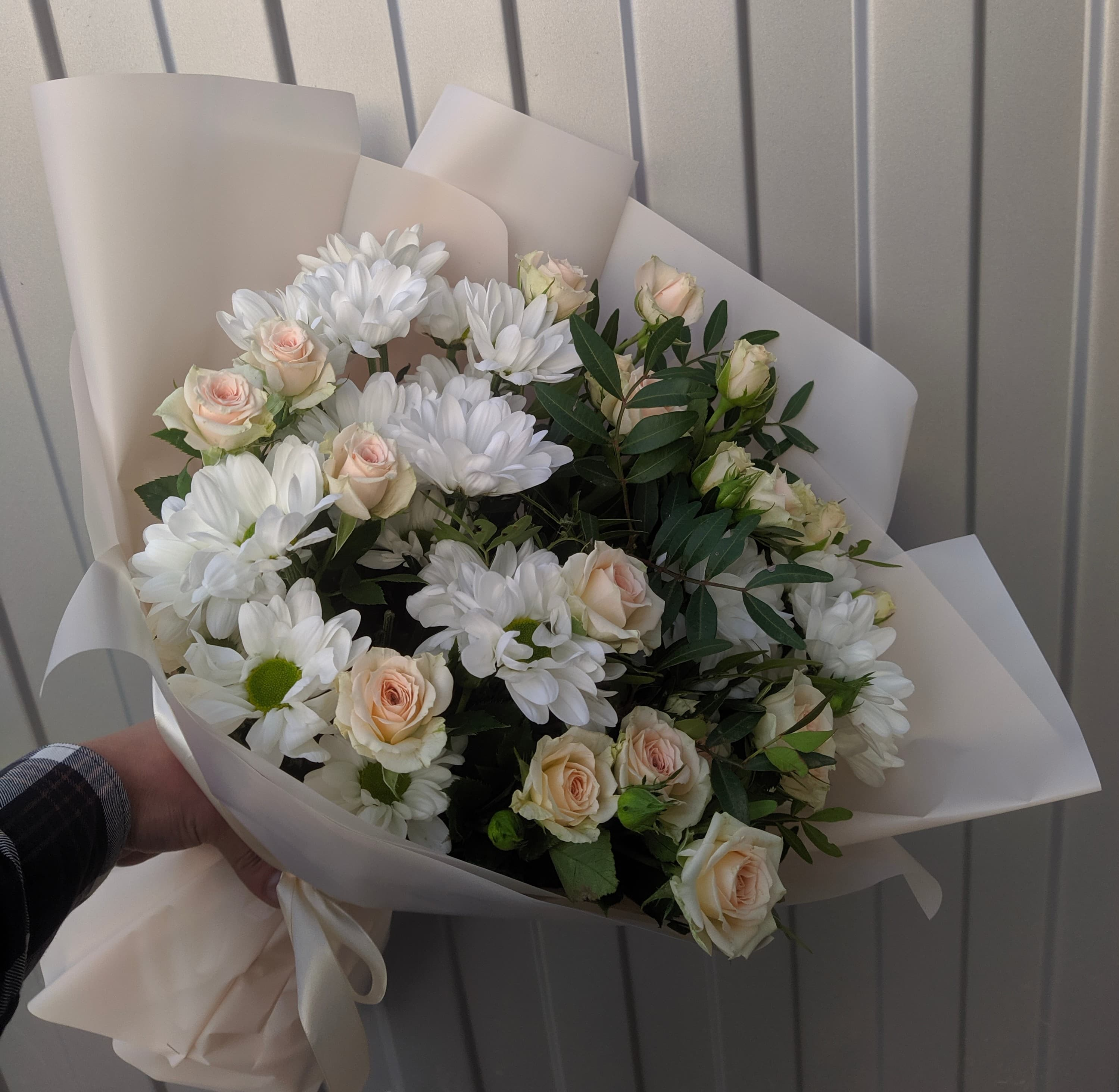 Милый букет с бакарди и кустовыми розами