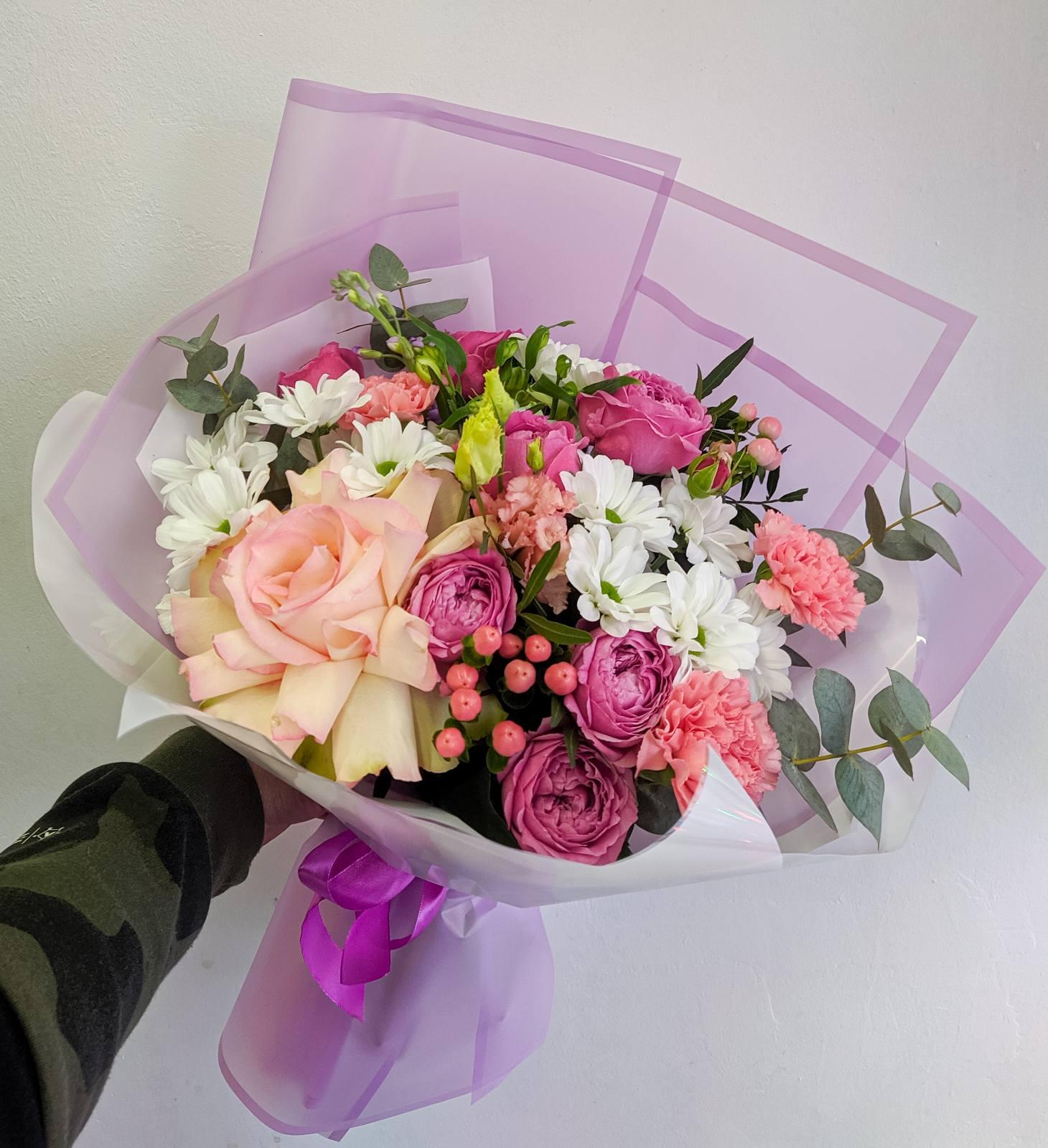 Букет с розами Софи Лорен и гвоздикой
