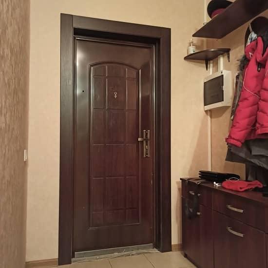 Тёмный откос для входной двери