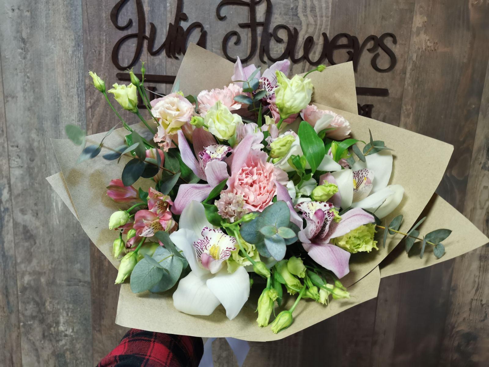 Букет с орхидеей Цимбидиум и сортовой гвоздикой