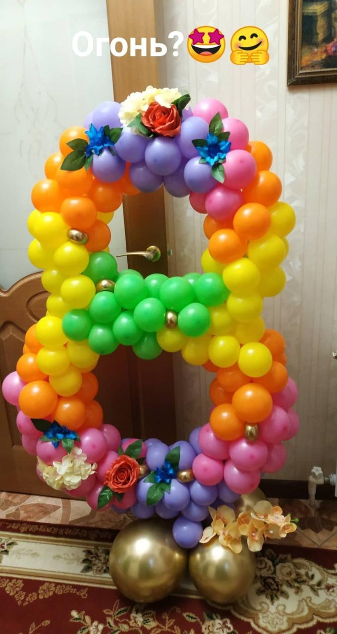 Цифра 8 на 8 марта из воздушных шаров