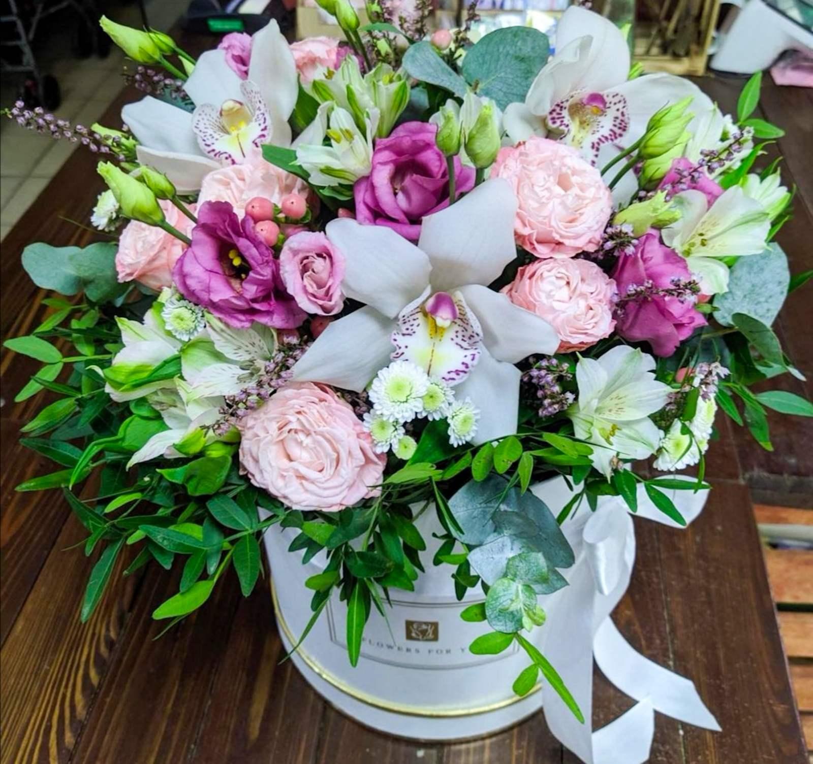 Микс коробочка с пионовидными розами и фисташкой