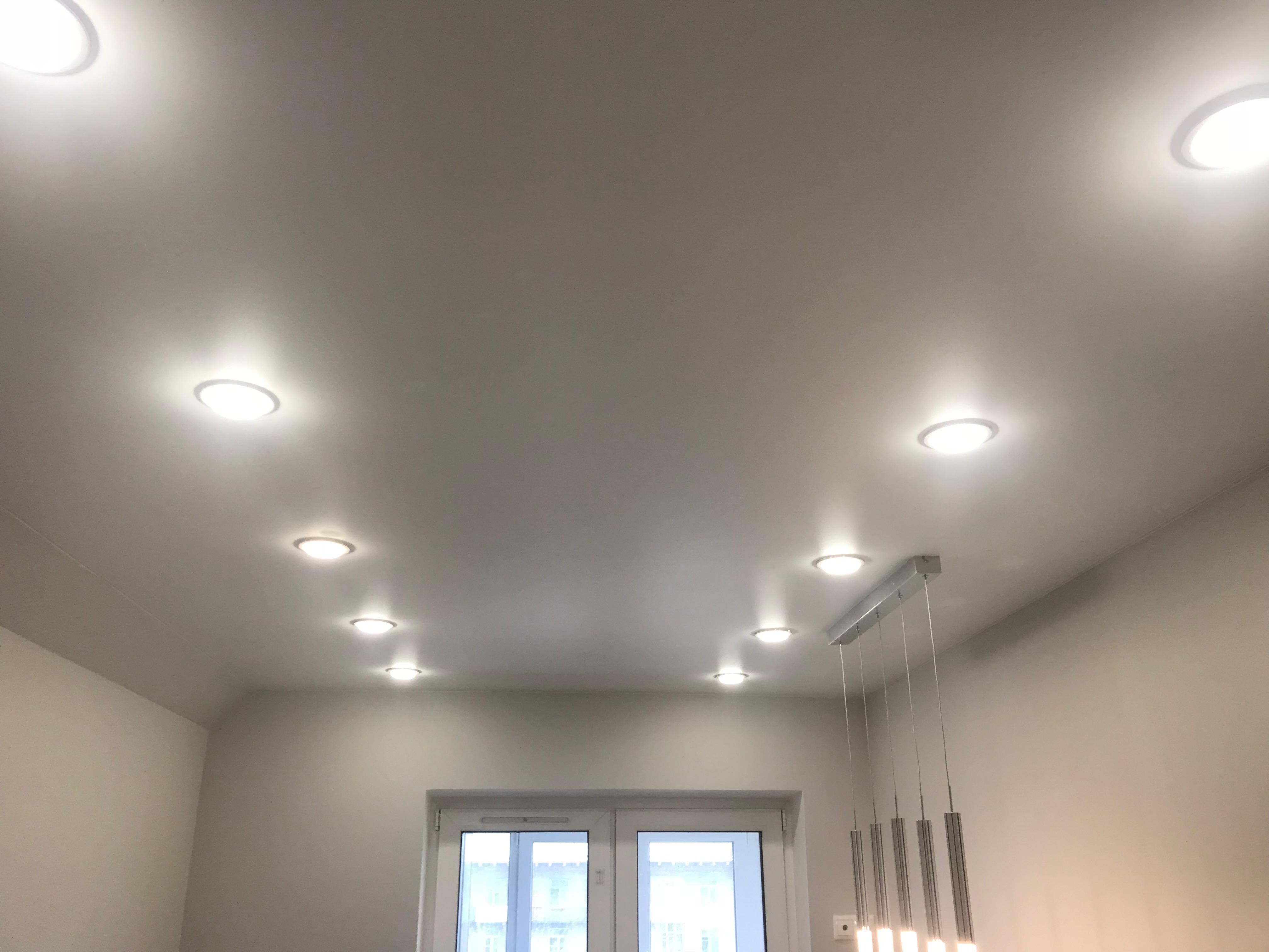 Одноуровневые потолки с точечным освещением