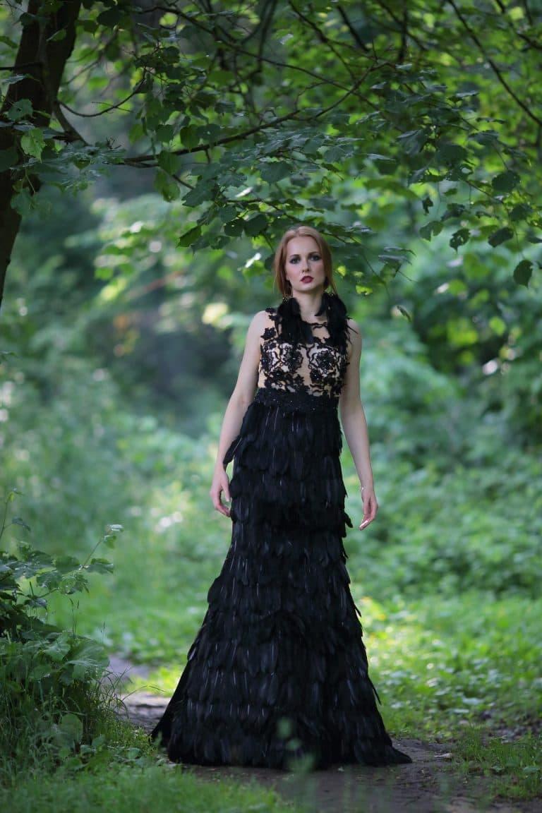 Платье с чёрными перьями