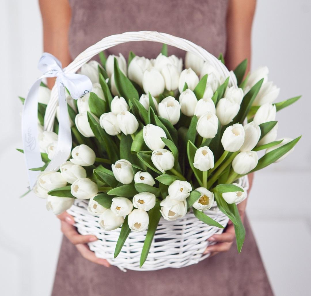 Тюльпаны в корзине в руках