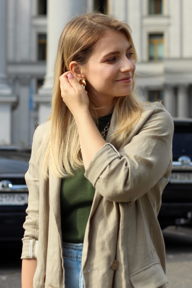Анна Романова с блокнотом
