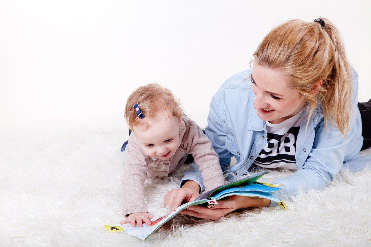 Мама с ребёнком читают журнал