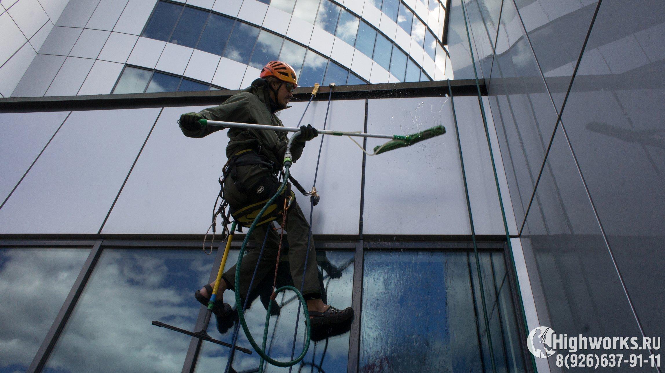 Мойка окон и фасадов промышленными альпинистами