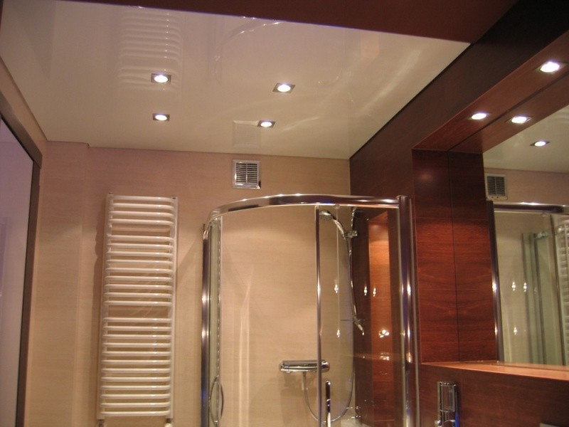 Глянцевый натяжной потолок в ванной