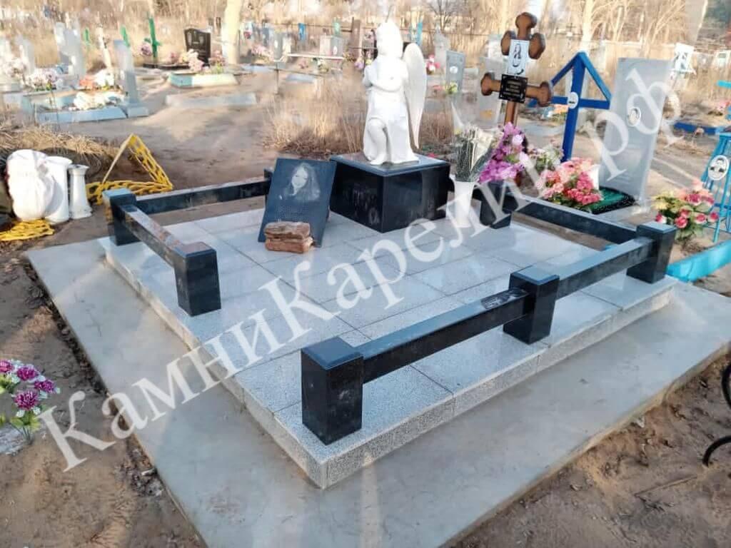 Небольшой вертикальный гранитный памятник с крестом состоит из двух типов материала. Надгробная плита создана из Покостовского гранита, а основной камень вырезан из габбро-диабаза.
