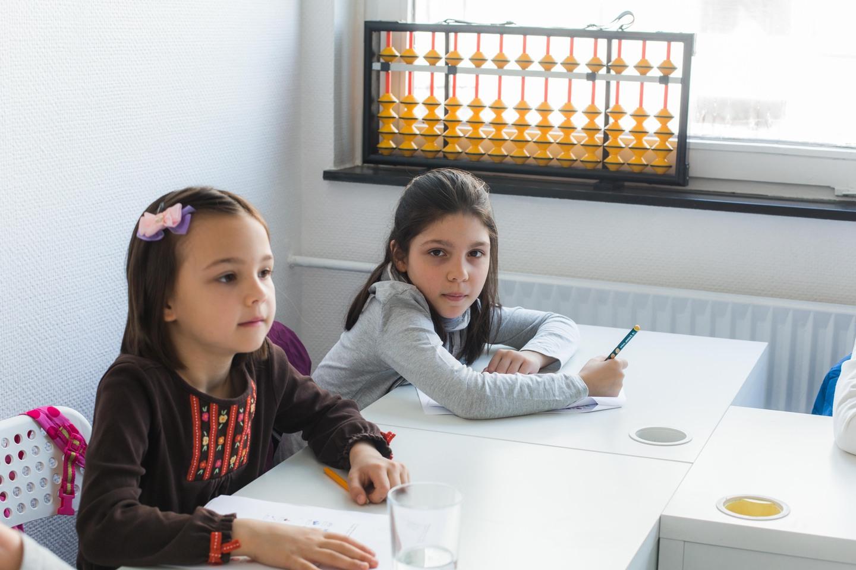 дети и педагог IQ2U