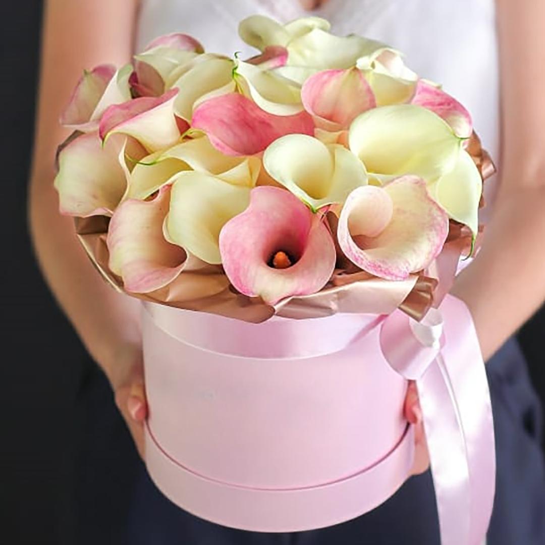 Микс розовые и белые каллы в коробке в руках