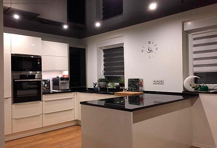 Нестандартный подход - черный глянцевый потолок на кухне