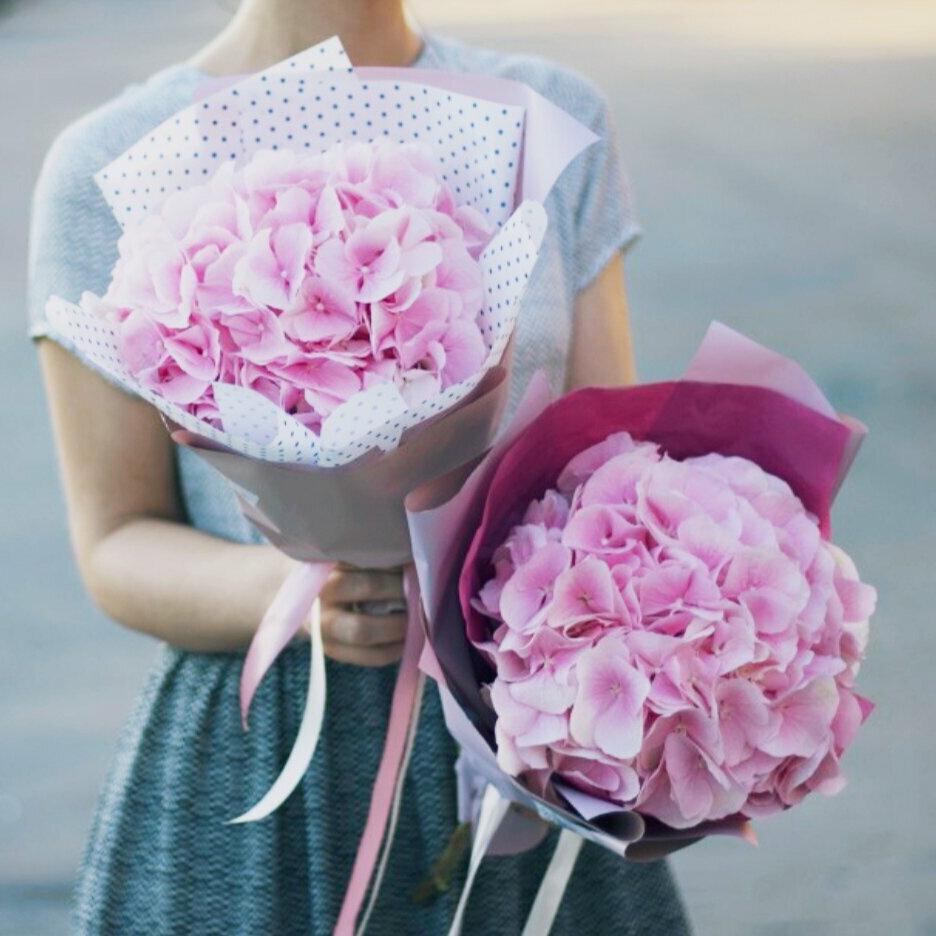3 розовые гортензии в крафте