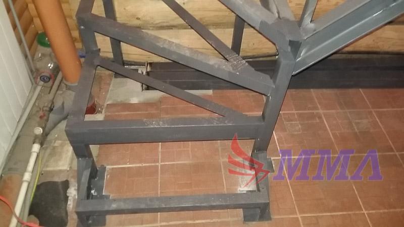 металлические ступени, лестница в дом, каркас лестницы из металла,