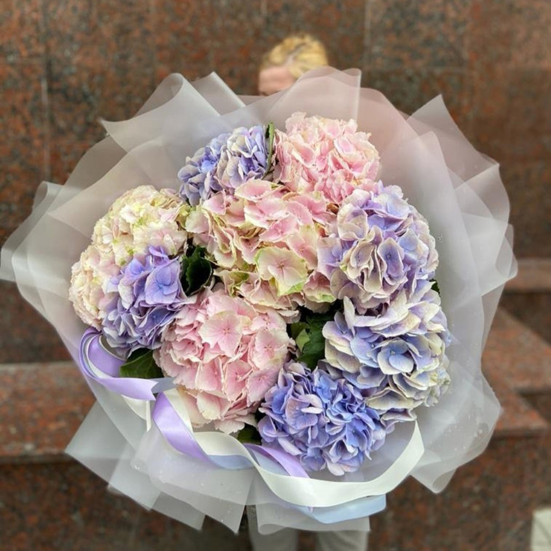 Микс из белых, розовых и бледно-синих гортензий в крафте