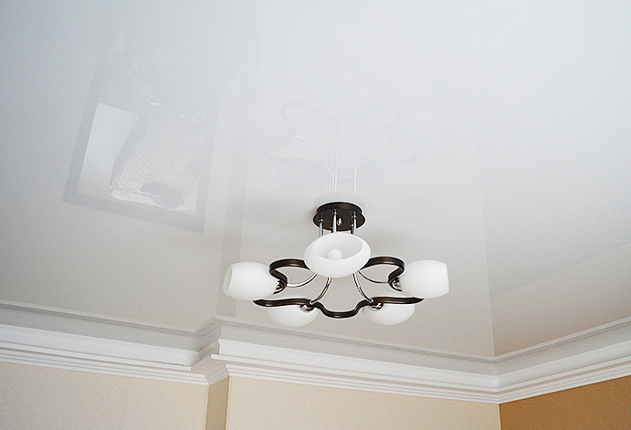 Глянцевый натяжной потолок в комнате г. Красногорск