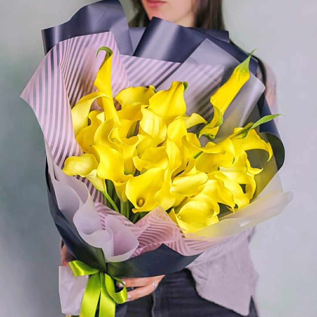 29 желтых калл в руках