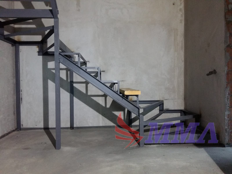 п-образный каркас лестницы, швеллер, уголок, поворот